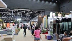 La gente nella mostra del giardino e della casa in BITEC Bangna, strada Bangna-Trad Bangkok Tailandia archivi video
