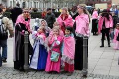 La gente nella parata della via di carnevale Immagine Stock Libera da Diritti