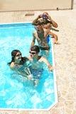La gente nella piscina Fotografie Stock Libere da Diritti