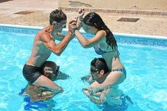 La gente nella piscina Immagine Stock