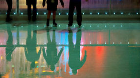 La gente nella pista di pattinaggio pattinante del ghiaccio Fotografia Stock Libera da Diritti