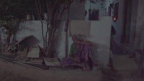 La gente nella sera in India a casa video d archivio
