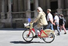 La gente nella via di Milano Fotografia Stock