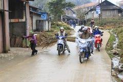 La gente nella via principale del villaggio di Sapa in vietnam del nord Immagine Stock Libera da Diritti