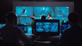 La gente nella video stanza del monitoraggio fotografia stock