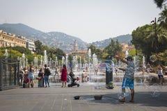 La gente nelle fontane sul quadrato principale in Nizza, Francia Immagini Stock