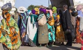 La gente nelle loro attività sistematiche quotidiane che quasi identicamente durante più di quattrocento anni Harar Jugol l'etiop Immagine Stock