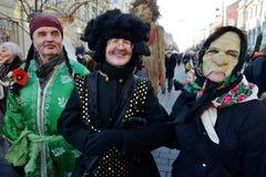 La gente nelle maschere tradizionali Immagine Stock