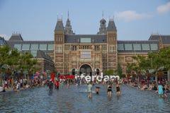 La gente nello stagno davanti a Rijksmuseum a Amsterdam Fotografia Stock Libera da Diritti