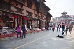 La gente nepalesa y el viajero que caminan en Basantapur Durbar ajustan Imagen de archivo