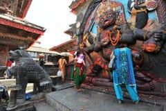 La gente nepalese fa le offerti fotografie stock libere da diritti