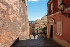 La gente no identificada camina abajo de las escaleras que llevan del castillo de Praga a Mala Strana Fotografía de archivo libre de regalías