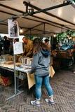 La gente no identificada en un libro y un mercado de las antigüedades atasca en el s Fotografía de archivo libre de regalías