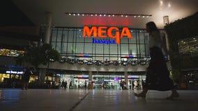 La gente no identificada es frente que camina de Bangna mega, Samut Prakan, Tailandia almacen de video