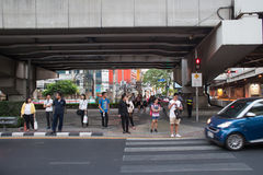 La gente no identificada espera en el paso de peatones Imágenes de archivo libres de regalías