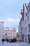 La gente no identificada está caminando en ciudad vieja en Tallinn Fotografía de archivo