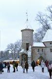 La gente no identificada está caminando en ciudad vieja en Tallinn Imagenes de archivo