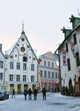 La gente no identificada está caminando en ciudad vieja en Tallinn Fotografía de archivo libre de regalías