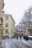 La gente no identificada está caminando en ciudad vieja en Tallinn Foto de archivo