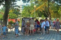 La gente no identificada está haciendo compras en la calle Foto de archivo libre de regalías