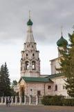 La gente no identificada examina la iglesia de Elijah Prophet en el cuadrado de Sovetskaya, Yaroslavl, anillo de oro de Rusia Imagen de archivo libre de regalías