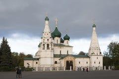 La gente no identificada examina la iglesia de Elijah Prophet en el cuadrado de Sovetskaya, Yaroslavl, anillo de oro de Rusia Imagenes de archivo