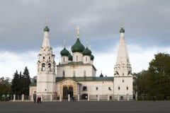 La gente no identificada examina la iglesia de Elijah Prophet en el cuadrado de Sovetskaya, Yaroslavl, anillo de oro de Rusia Fotografía de archivo libre de regalías