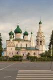 La gente no identificada examina la iglesia de Elijah Prophet en el cuadrado de Sovetskaya, Yaroslavl, anillo de oro de Rusia Fotos de archivo