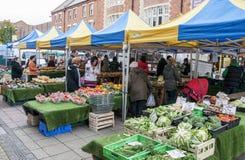 La gente no identificada hace compras para las frutas y verduras en el mercado de los granjeros en Bournemouth en noviembre de 20 imagenes de archivo