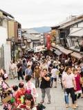 La gente no identificada hace turismo área de Kiyomizu Fotografía de archivo libre de regalías