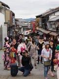 La gente no identificada hace turismo área de Kiyomizu Imagenes de archivo