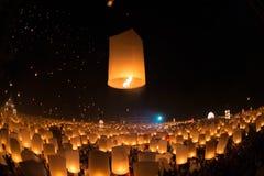 La gente no identificada lanza las linternas del cielo al cielo en el festival de Loy Kratong Fotografía de archivo