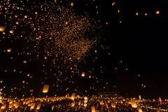 La gente no identificada lanza las linternas del cielo al cielo en el festival de Loy Kratong Foto de archivo libre de regalías