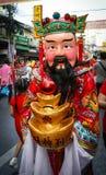 La gente no identificada se viste para arriba como dios de la riqueza Imagen de archivo
