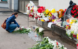 La gente no identificada trae las flores Imágenes de archivo libres de regalías