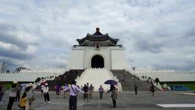 La gente no identificada visitó a Chiang Kai-Shek Memorial Hall en Taipei, Taiwán almacen de video