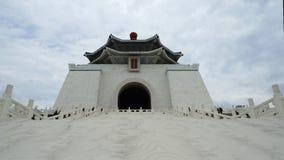 La gente no identificada visitó a Chiang Kai-Shek Memorial Hall en Taipei, Taiwán almacen de metraje de vídeo