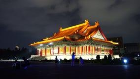 La gente no identificada visitó la sala de conciertos nacional de Chiang Kai-Shek Memorial Hall en la noche en Taipei, Taiwán almacen de video