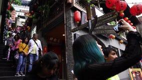 La gente no identificada visita la ciudad vieja de la herencia de Jiufen en la nueva ciudad de Taipei, Taiwán metrajes