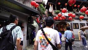 La gente no identificada visita la ciudad vieja de la herencia de Jiufen en la nueva ciudad de Taipei, Taiwán almacen de video