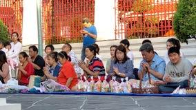 La gente non identificata fa il merito e prega al tempio stock footage