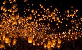 La gente non identificata lancia le lanterne del cielo al cielo nel festival di Loy Kratong Immagine Stock