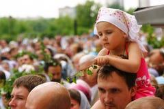 La gente ortodoxa celebra un Pentecost Imagen de archivo libre de regalías