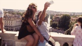 La gente osserva il paesaggio italiano della città dalla piattaforma d'osservazione sopra la piazza del Popolo Una coppia felice  archivi video