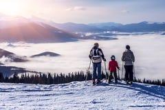 La gente osservando paesaggio della montagna Fotografia Stock Libera da Diritti