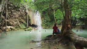 La gente in parco nazionale di Erawan e cascata di Erawan archivi video