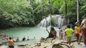 La gente in parco nazionale di Erawan e cascata di Erawan video d archivio