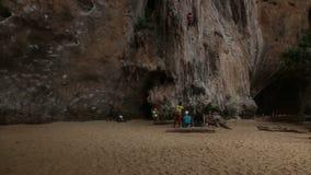 La gente parece el escalador de roca que sube un acantilado con seguro metrajes
