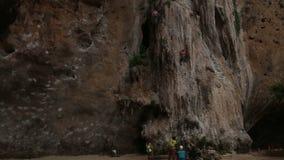 La gente parece el escalador de roca que sube un acantilado con seguro almacen de metraje de vídeo