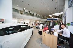 La gente parla con il consulente in ufficio del centro di Volkswagen Immagine Stock